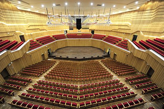 """长沙音乐厅大幕将启 12月23日,长沙音乐厅交响乐大厅内部装修完成,成为中南地区档次最高的音乐殿堂之一。长沙音乐厅是长沙滨江文化园三馆一厅的灵魂建筑,建筑总面积约28000平方米,建筑高度为28米。 音乐厅的建筑内部分1419座交响乐大厅、近500座多功能厅以及约300座室内乐厅。在交响乐厅设置了号称""""乐器之王""""的管风琴,为音乐厅""""镇厅之宝""""。并将于本月28日迎来首场音乐会。湖南日报记者郭立亮摄"""